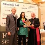 """Il presidente onorario Giovanni Zoppelli e il vescovo di Forlì consegnano a Luisa Fecola il """"Forum Livii"""""""